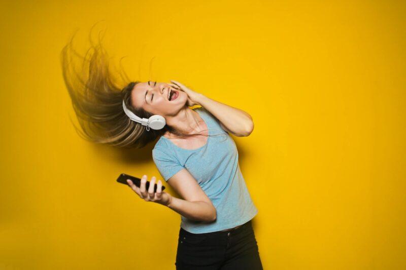 音楽を聴いて髪の毛を振り乱してる女性