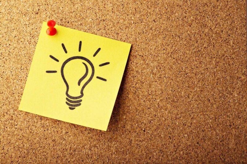 メモに電球が書いてあるアイデアがひらめいた画像