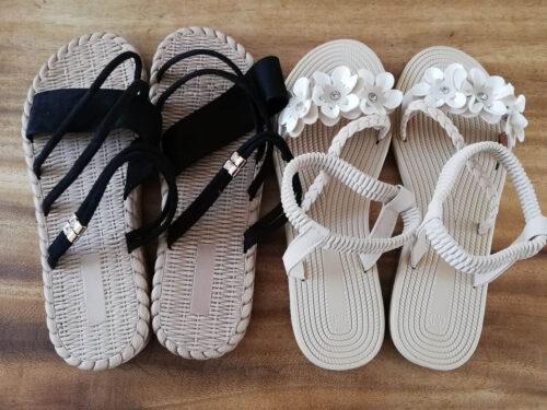 aeonsellの靴 白い花のついたサンダルと黒いサンダル