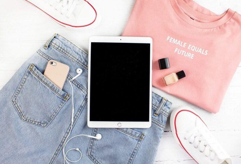 服とメイクとタブレット